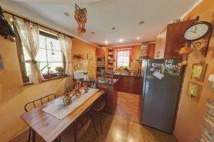 07 - Pohled do kuchyně a jídelní části