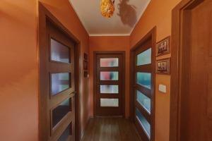 02 - Pohled z chodby na dveře pokojů a koupelny
